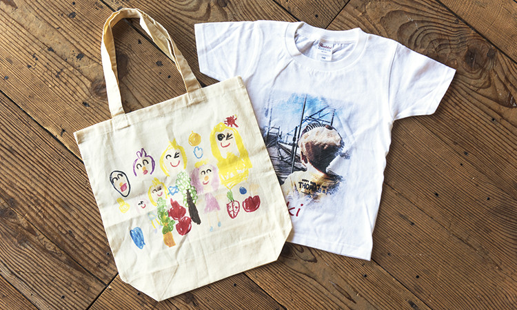 A t-shirt and a tote bag custom printed with Ricoh's DTG printer