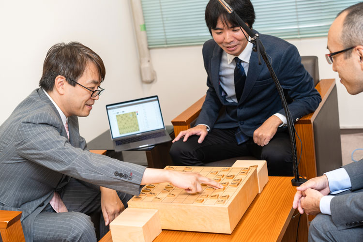Mr. Habu tried out the AI shogi recording system that Ricoh developed with the Japan Shogi Association. The speed and accuracy of piece recognition impressed him.