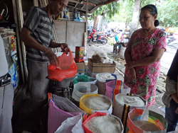 image:Rice market in Surabaya