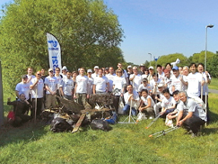 image:U.K.: Weeding non-indigenous plants around the Thames